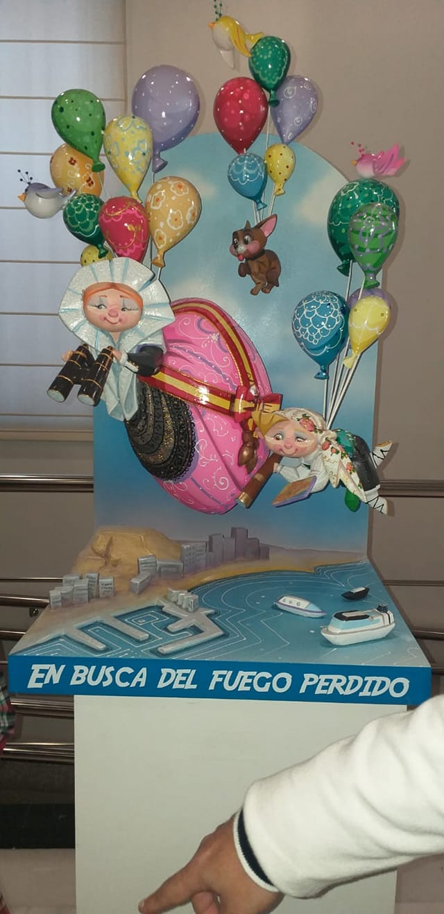 El Ayuntamiento de Alicante recibe el ninot de la Hoguera Oficial infantil